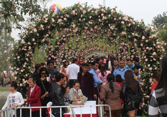Ngày thứ hai, vẫn rất đông người tới tham dự lễ hội