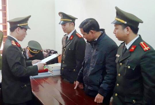 Cơ quan An ninh điều tra - Công an tỉnh Thanh Hóa đọc lễnh bắt tạm giam ông Đinh Trọng Tấn (Ảnh: Công an Thanh Hóa)