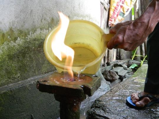 Ngọn lửa từ giếng khoan phực đỏ khi đổ nước vào miệng giếng khoan