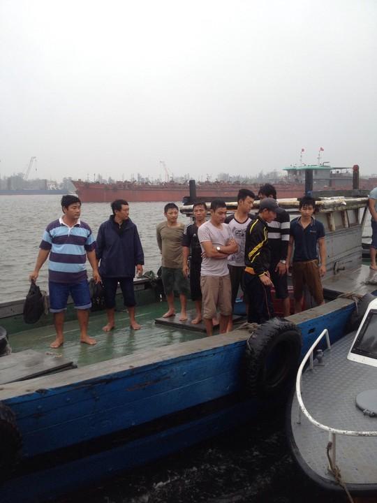 10 thuyền viên được cán bộ chiến sĩ Đồn Biên phòng Cửa Việt đưa vào bờ an toàn. (Ảnh: Đình Tiến)