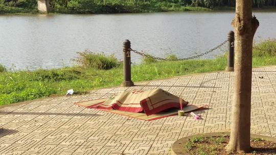 Phát hiện cụ ông tử vong dưới hồ thủy lợi - Ảnh 1.