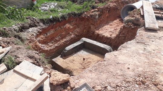 Tuột dây cáp, ống bê tông nặng hơn 1 tấn đè chết công nhân - Ảnh 1.