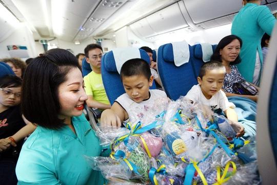 Trung thu ấm áp trên những chuyến bay của Vietnam Airlines - Ảnh 1.
