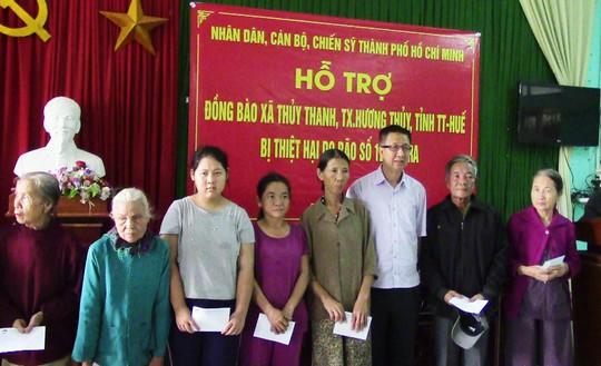 Đoàn công tác TPHCM đến với người dân lũ tỉnh Thừa Thiên - Huế - Ảnh 2.