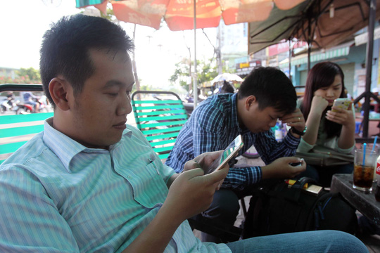 Cẩn trọng khi dùng các thiết bị thông minh ở nơi công cộng Ảnh: Hoàng Triều