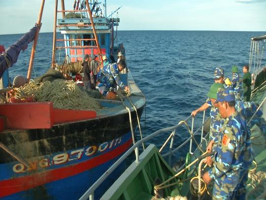 Bị lai dắt vào bờ xử lý, tàu giã cào trái phép cắt dây bỏ trốn - Ảnh 1.
