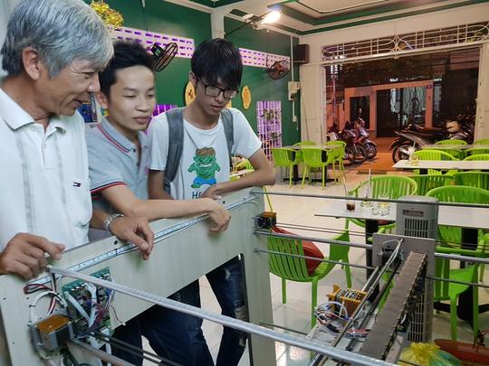 Ông Thanh trao đổi với sinh viên về máy in 3D