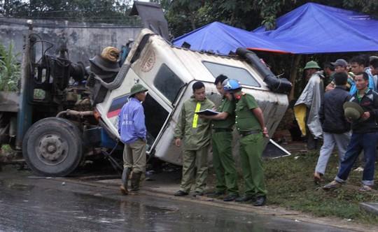 Hiện trường vụ xe tải tông xe máy khiến 3 người tử vong - Ảnh: Nghĩa Đàn