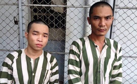 Phạm Ngọc Hải (bên trái) và Huỳnh Minh Cọi tại công an