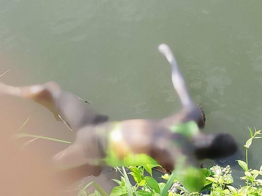 Bí ẩn cái chết của một người đàn ông cháy đen nổi trên mặt nước - Ảnh 1.