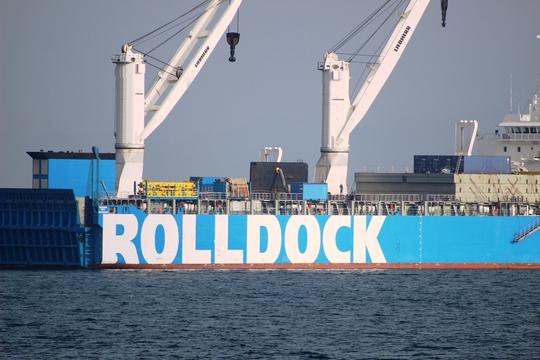 Tàu ngầm phía trong tàu mẹ Rolldock