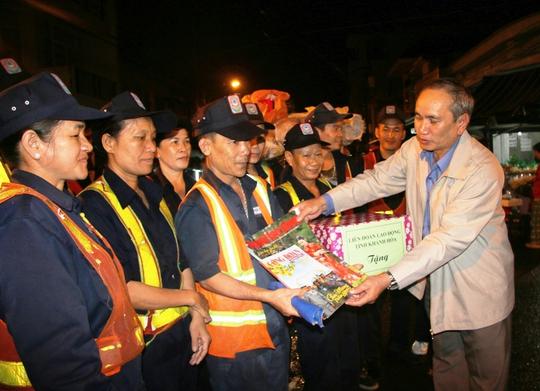 Ông Nguyễn Hòa chủ tịch LĐLĐ Khánh Hòa tặng quà cho công nhân vệ sinh môi trường