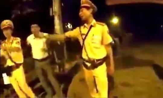 Người đàn ông mặc thường phục bị tố đánh người được cho là Thiếu tá Nguyễn Ngọc Danh, Đội phó CSGT huyện Cam Lộ (Ảnh cắt từ clip facebook T.L)