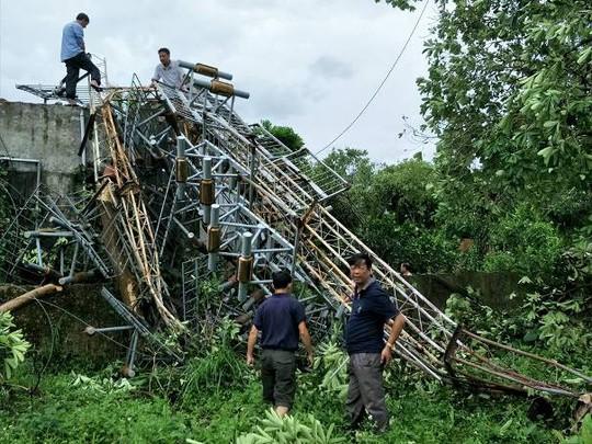 Thêm ăng-ten phát thanh, truyền hình cao 60 m đổ gục trong bão - Ảnh 2.