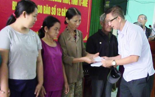 Đoàn công tác TPHCM đến với người dân lũ tỉnh Thừa Thiên - Huế - Ảnh 1.