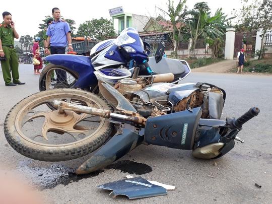 2 xe máy dính chặt vào nhau