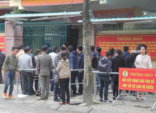 Người dân xếp hàng làm hộ chiếu, giấy thông hành sang Lào, Thái Lan ở Phòng Quản lý Xuất nhập cảnh Công an tỉnh Nghệ An