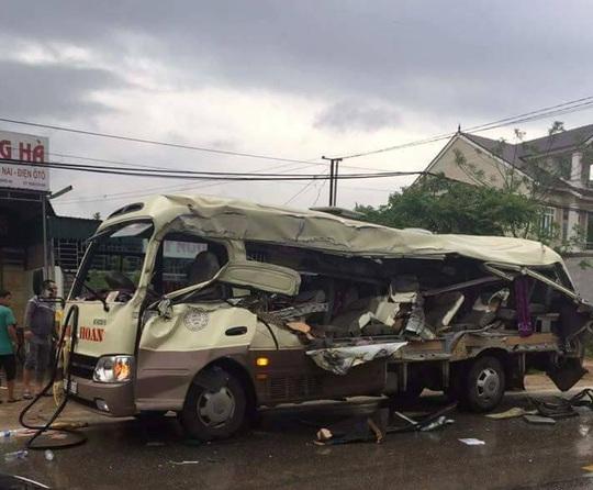 Xe khách dập nát sau vụ tai nạn - Ảnh: Quỳ Châu