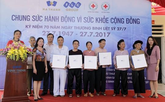 Tập đoàn FLC tặng quà cho các thương - bệnh binh, gia đình chính sách