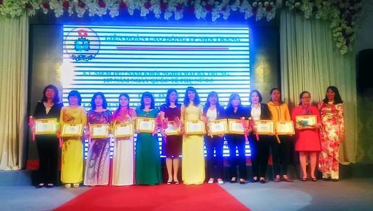 LĐLĐ Nha Trang tặng bằng khen cho các cá nhân có thành tích trong phong trào thi đua
