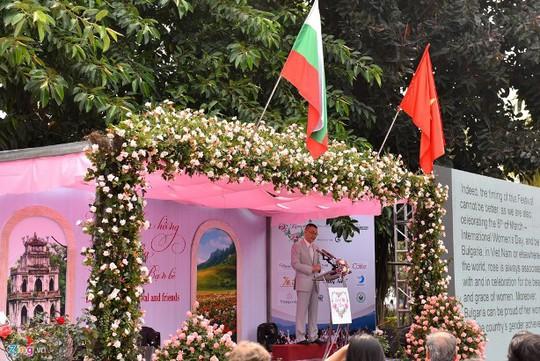 Vòm hoa trang trí trên sân khấu cũng là hoa giả