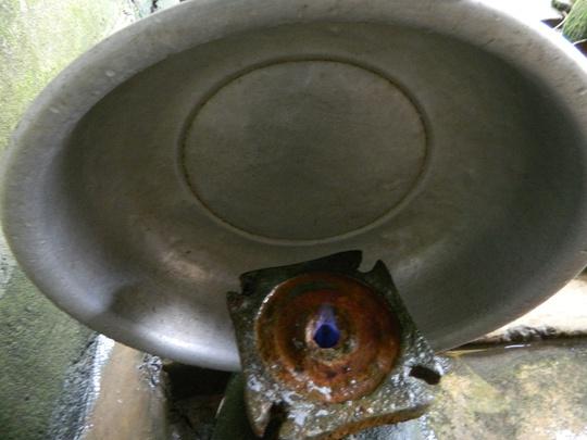 Ngọn lửa từ giếng khoan này có màu xanh, cao khoảng 3m, đỏ mãi không tắt