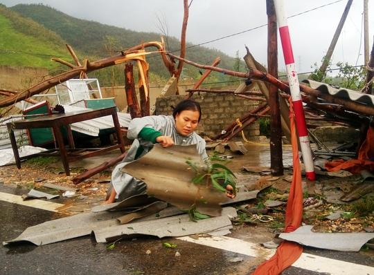 Cận cảnh trường học tan hoang, nhà cửa đổ nát sau bão - Ảnh 1.