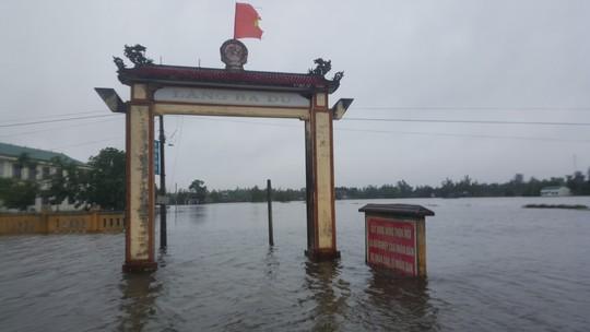 Quảng Trị: Hơn 300 nhà dân vẫn còn ngập sâu trong nước - Ảnh 3.
