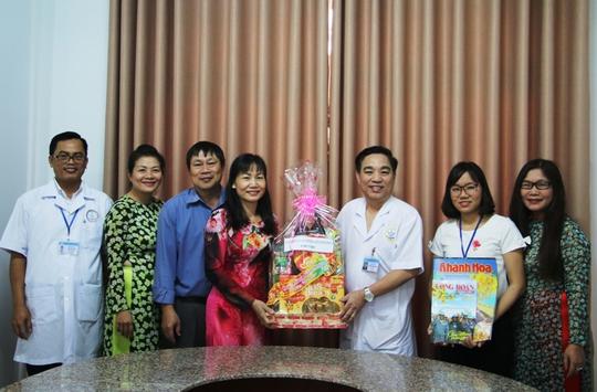 Bà Nguyễn Thị Hằng, Phó chủ tịch LĐLĐ tỉnh Khánh Hòa, tặng quà cho đội ngũ y bác sĩ Bệnh viện Y học cổ truyền và Phục hồi chức năng Khánh Hòa