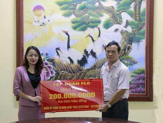 Ông Nguyễn Ngọc Triển - Bí thư Đảng ủy xã Vĩnh Thịnh nhận quà từ Tập đoàn FLC