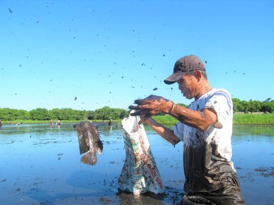 Độc đáo lễ hội phá trằm bắt cá, huyên náo cả vùng đầm nước - Ảnh 5.