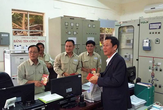 Ông Lê Xuân Hải, Phó chủ tịch LĐLĐ tỉnh Khánh Hòa, tặng quà Tết cho công nhân Trạm biến áp 110KV Đồng Đế (TP Nha Trang)