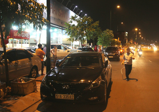 Xe ô tô tràn xuống lòng đường Phạm Văn Đồng trước một quán nhậu thuộc phường Linh Đông