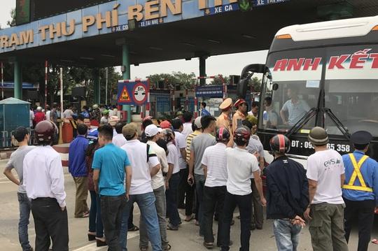 Người dân tập trung phản đối việc thu phí tại trạm thu phí Bến Thủy 1.