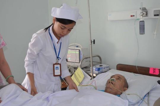Bệnh nhân điều trị tại Bệnh viện Ung bướu Đà Nẵng vừa nhận quà từ thiện trong đó có nhiều hộp sữa hết hạn sử dụng