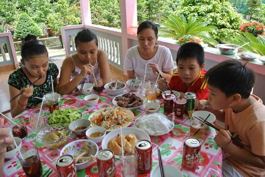 Khi tham gia các bữa tiệc ngày Tết hay thưởng thức món lạ trên đường du Xuân, người lớn chỉ nên cho trẻ ăn thăm dò một ít đối với các món mớiẢnh: THANH NHÂN