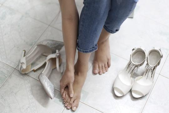 Giày có gót quá cao hay quá thấp đều có thể ảnh hưởng xấu đến đôi chân của bạnẢnh: HOÀNG TRIỀU
