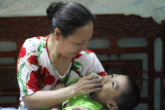 Trẻ con chỉ nên dùng thuốc nhỏ mũi hoặc phun xịt NaCl 0,9% giúp thông, sạch mũiẢnh: Hoàng Triều