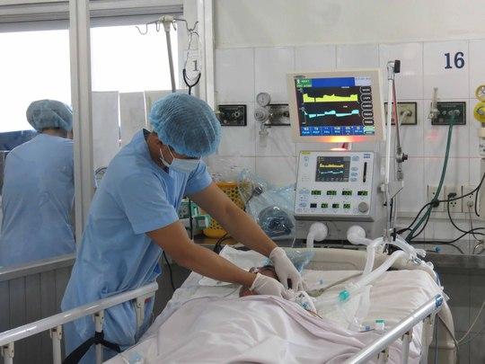 Thời gian nằm viện lâu có thể ảnh hưởng nghiêm trọng đến tâm lý của cả người bệnh lẫn thân nhân. Trong ảnh: Chăm sóc bệnh nhân tại Khoa Hồi sức tích cực Bệnh viện Nhân dân Gia Định (TP HCM)Ảnh: ANH THƯ