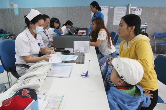 Phụ huynh đưa trẻ đi khám bệnh tại Bệnh viện Nhi Đồng 1 (TP HCM)Ảnh: HOÀNG TRIỀU