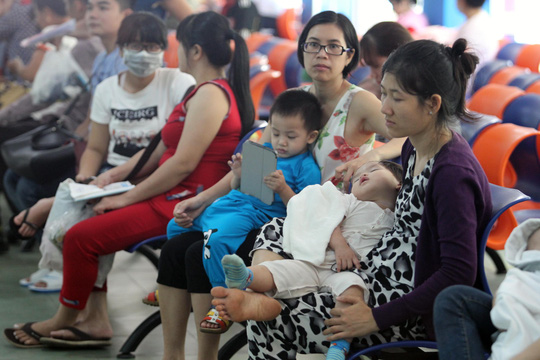 Chờ khám bệnh cho trẻ tại Bệnh viện Nhi Đồng 1 (TP HCM) trong những ngày nắng nóngẢnh: Hoàng Triều