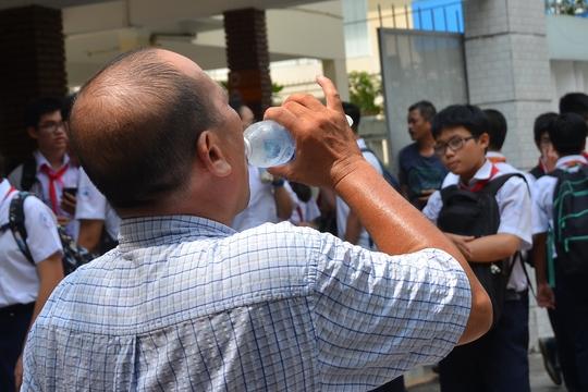 Loại nước uống giải nhiệt tốt nhất vẫn là nước lọcẢnh: TẤN THẠNH