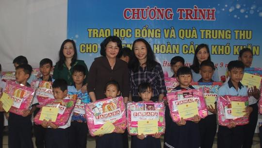 Phó Chủ tịch nước tặng quà trung thu cho trẻ em nghèo - Ảnh 1.