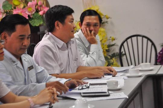 Chánh Thanh tra Sở Y tế TP HCM Bùi Minh Trạng (bìa trái) làm việc với đại diện các phòng khám đa khoa tư nhân