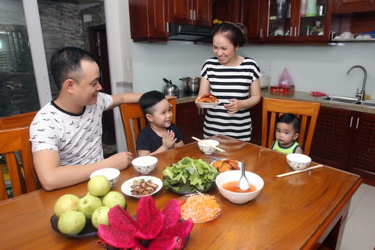 Nghĩ về bữa cơm gia đình - Ảnh 1.