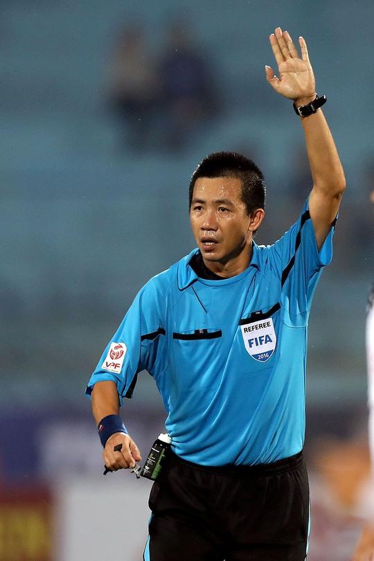 Trọng tài Nguyễn Đức Vũ trong trận Hà Nội thắng Than Quảng Ninh 3-2 ở lượt đầu V-League 2017.Ảnh: Hải Anh