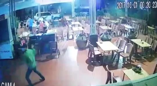 Chủ tiệm massage chân bị 2 kẻ bịt mặt cầm kiếm truy sát - Ảnh 1.