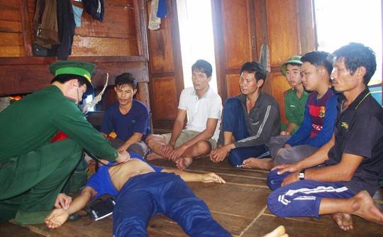 6 ngư dân suýt mất mạng vì tàu cá đâm vào khúc gỗ bị chìm - Ảnh 1.