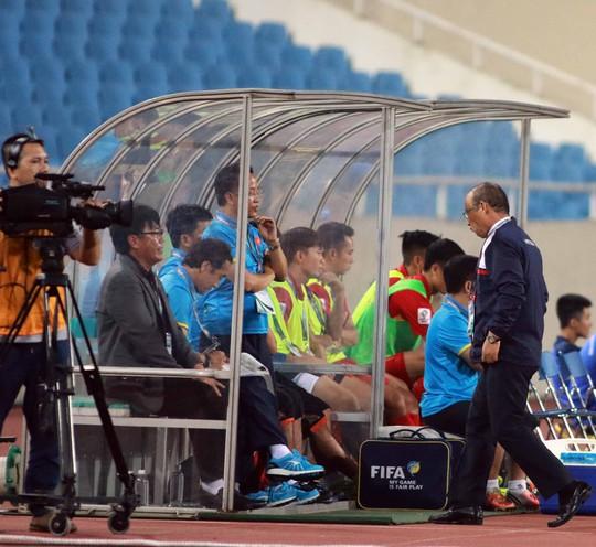 HLV Park Hang Seo ngủ gật ra sao trong trận ra mắt? - Ảnh 2.