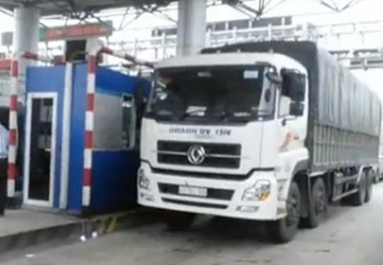 Tài xế trả tiền lẻ, kẹt xe nhiều giờ ở trạm BOT Ninh An - Ảnh 1.